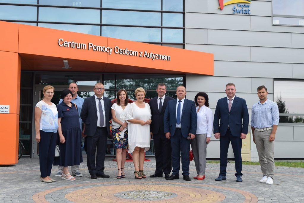Na zdjęciu jest delegacja z Brześcia przed budynkiem Centrum Pomocy Osobom z Autyzmem